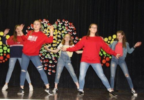 Progimnazijoje praūžė šokių konkursas ,,Šoku…